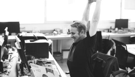 10 esercizi per rimanere fit anche in ufficio