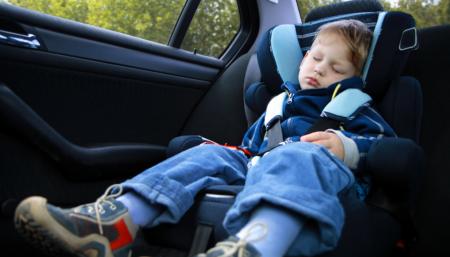 Bimbi in auto, scatta l'obbligo dei dispositivi anti-abbandono